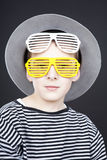 Ragazzo che porta cappello divertente fotografie stock libere da diritti