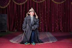 Ragazzo che porta retro cappotto e cappello russo in scena fotografie stock libere da diritti