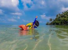 Ragazzo che porta un giubbotto di salvataggio, immersione con bombole nel mare alla spiaggia dell'insalata di Haad, KOH Phangan S immagini stock libere da diritti