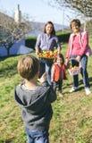 Ragazzo che prende foto alla famiglia con la merce nel carrello delle mele Fotografie Stock Libere da Diritti