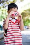 Ragazzo che prende foto, sul fondo vago della natura Stile di vita attivo Fotografia Stock Libera da Diritti