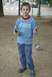 Ragazzo che prentending per sparare con le pistole di plastica in parco, Parigi, Francia Immagini Stock Libere da Diritti