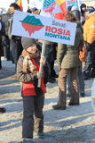 Ragazzo che protesta contro l'estrazione dell'oro del cianuro Fotografia Stock Libera da Diritti