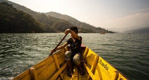 Ragazzo che rema canoa gialla Fotografia Stock