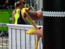 Ragazzo che rotola gli involucri gialli della mano: Allenamento di pugilato e di forma fisica Fotografia Stock