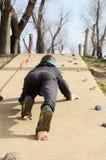Ragazzo che scala la scogliera Fotografie Stock Libere da Diritti
