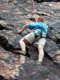 Ragazzo che scala sulla corda Fotografia Stock