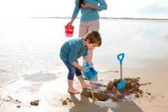 Ragazzo che scava sulla spiaggia Fotografie Stock