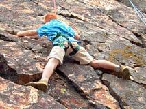 Ragazzo che si arrampica sulla corda Fotografia Stock