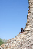 Ragazzo che si arrampica sulle rocce Immagine Stock