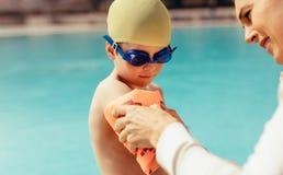 Ragazzo che si prepara per le lezioni di nuoto allo stagno immagini stock