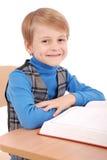 Ragazzo che si siede ad uno scrittorio della scuola Immagini Stock