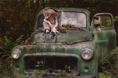 Ragazzo che si siede sul camion rotto Immagine Stock Libera da Diritti