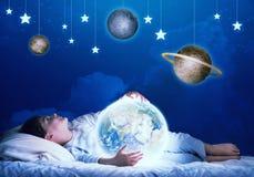 Ragazzo che sogna prima del sonno immagini stock libere da diritti