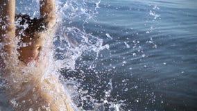 Ragazzo che spruzza l'acqua per affrontare, movimento lento video d archivio