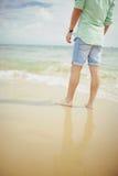 Ragazzo che sta nel mare sulla spiaggia di Bournemouth Immagini Stock Libere da Diritti