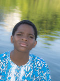 Ragazzo che sta vicino all'acqua, dieci anni di afro Fotografia Stock Libera da Diritti