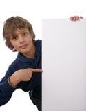 Ragazzo che tiene segno bianco in bianco fotografie stock