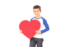 Ragazzo che tiene un grande cuore rosso Fotografia Stock