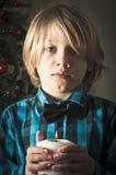 Ragazzo che tiene una candela fotografia stock