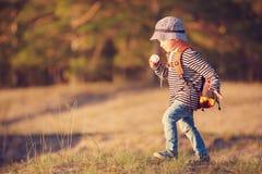 Ragazzo che va in campeggio con lo zaino in natura fotografia stock libera da diritti