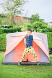 ragazzo che vive dentro la tenda nel parco Immagini Stock Libere da Diritti