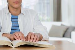 Ragazzo cieco che legge un libro di Braille Fotografie Stock Libere da Diritti