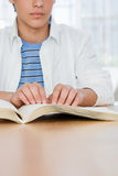 Ragazzo cieco che legge un libro di Braille Fotografia Stock
