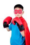 Ragazzo cinese asiatico che porta il costume dell'eroe eccellente con i guantoni da pugile Fotografia Stock Libera da Diritti