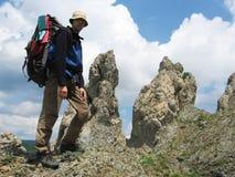 Ragazzo circa la roccia Fotografie Stock