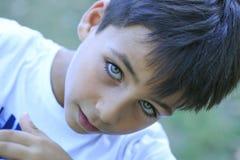 Ragazzo con i bei occhi verdi fotografia stock
