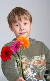 Ragazzo con i fiori fotografia stock