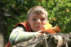 Ragazzo con i fogli - autunno Fotografie Stock Libere da Diritti