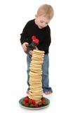 Ragazzo con i pancake Fotografia Stock