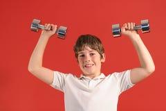 Ragazzo con i pesi 2 di forma fisica Fotografie Stock Libere da Diritti