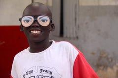 Ragazzo con i vetri sciocchi a Dakar fotografia stock