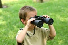 Ragazzo con il binocolo Fotografie Stock Libere da Diritti