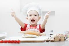 Ragazzo con il cappello del cuoco unico che prepara la pasta della pizza Fotografia Stock Libera da Diritti