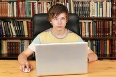 Ragazzo con il computer portatile Fotografia Stock Libera da Diritti