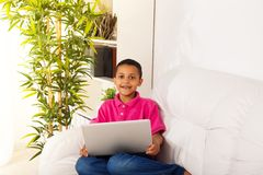 Ragazzo con il computer portatile Immagini Stock