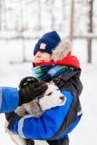 Ragazzo con il cucciolo del husky Fotografie Stock Libere da Diritti