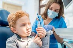 Ragazzo con il dentista all'ufficio dentario fotografia stock libera da diritti