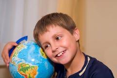 Ragazzo con il globo Fotografia Stock