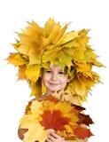 Ragazzo con il sopporto per anima delle foglie di acero gialle Fotografia Stock