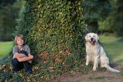 Ragazzo con il suo cane nella sosta Immagini Stock Libere da Diritti