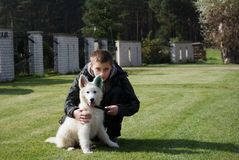 Ragazzo con il suo cucciolo bello Immagini Stock