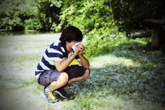 Ragazzo con l'allergia del polline con il fazzoletto bianco Fotografie Stock