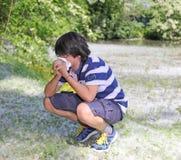 Ragazzo con l'allergia del polline con il fazzoletto bianco Fotografia Stock Libera da Diritti