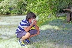 Ragazzo con l'allergia del polline con il fazzoletto a disposizione Fotografia Stock