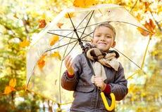 Ragazzo con l'ombrello ed il fogliame di autunno Fotografie Stock Libere da Diritti